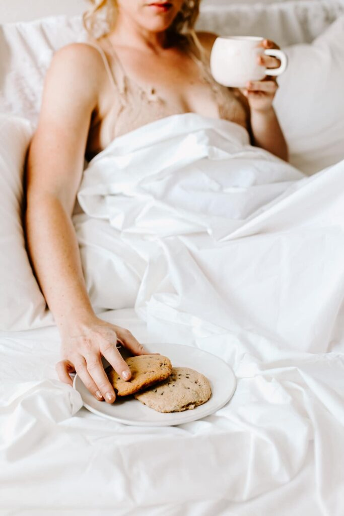 breastfeeding mother snacking in bed